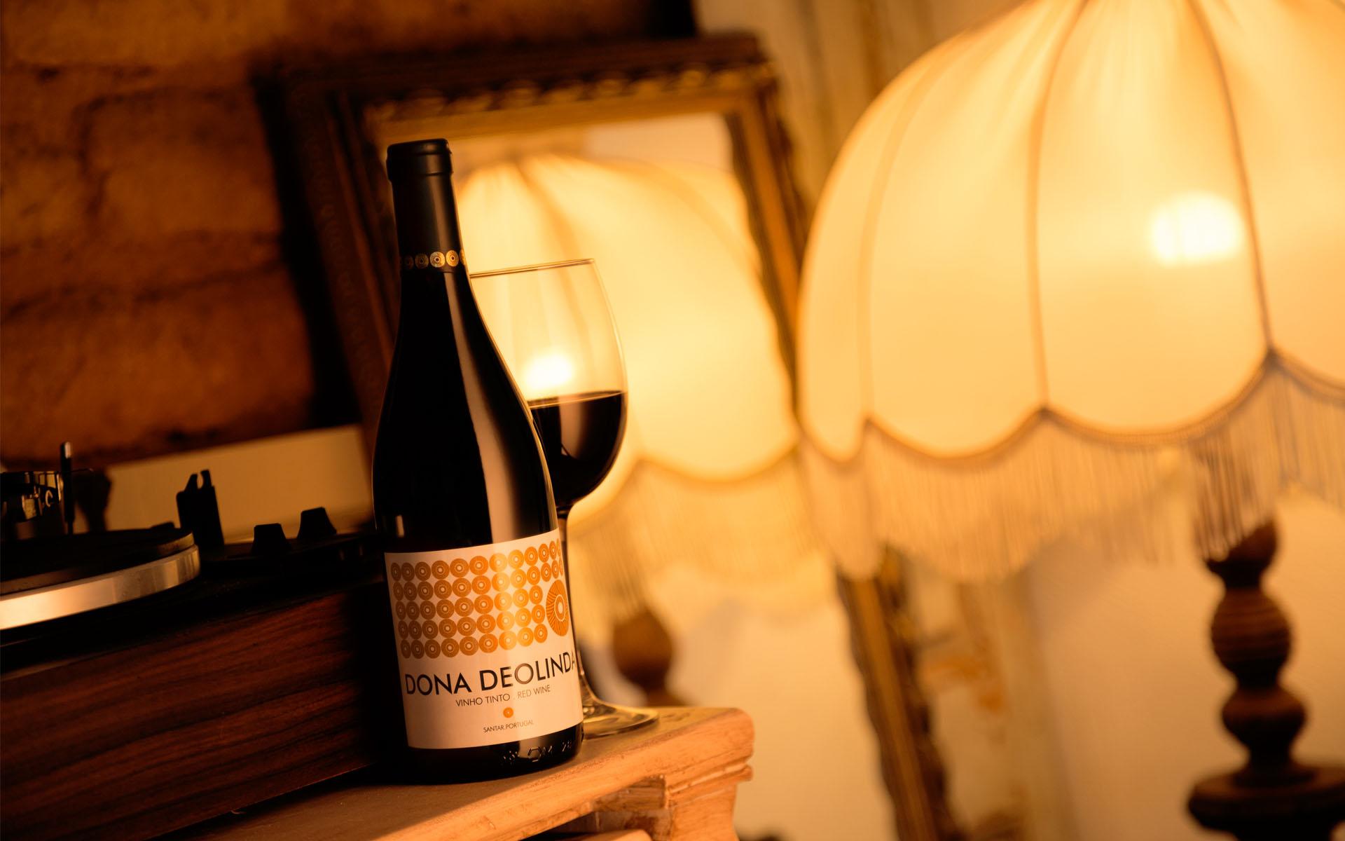 Um vinho de mesa tradicional com uma imagem contemporânea
