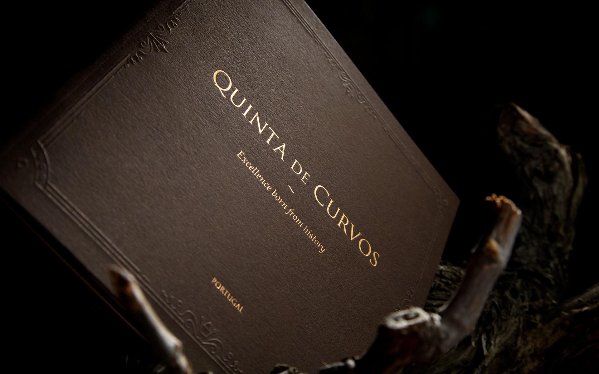 Elegante e sofisticado, é assim que se veste o catálogo da Quinta de Curvos