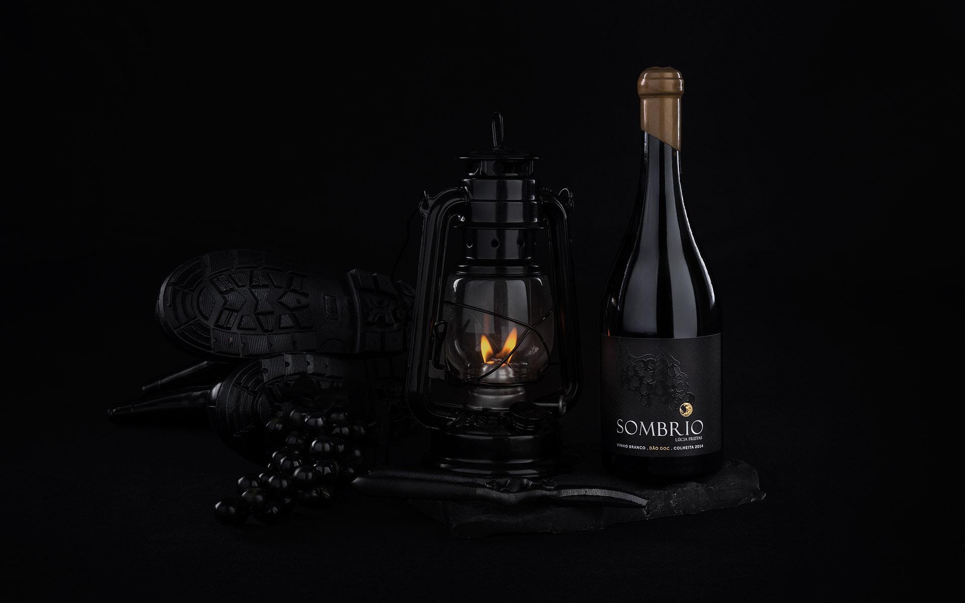 <p>Sob um manto negro da noite revela-se o vinho Sombrio</p>